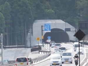 国道42号バイパス飯盛西交差点から望む新宮方向にあるトンネル