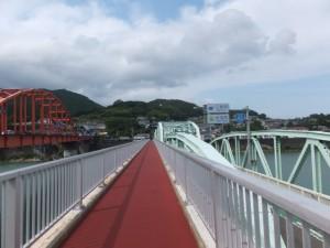 熊野大橋の隣に架かる歩道橋から望む「紀宝町」の町名板