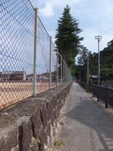 新宮市立神倉小学校の石垣に沿って神倉神社へ