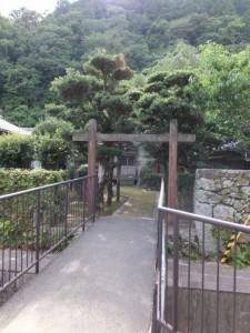 新宮市立神倉小学校の石垣に沿って神倉神社への途中