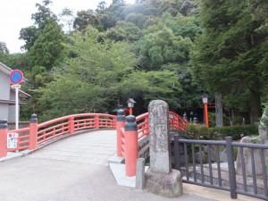 太鼓橋と 「下馬」標石(神倉神社)