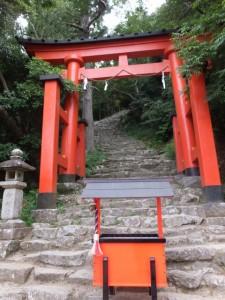 急な石段の参道が続く鳥居(神倉神社)