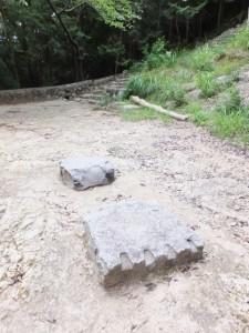 火神社、中ノ地蔵堂付近、矢穴痕がある石(神倉神社)