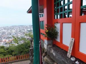 神倉神社の拝殿と新宮市街の遠景