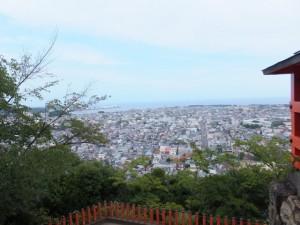 神倉神社の拝殿前から望む新宮市街と霞む熊野灘