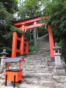急な石段の参道へ続く鳥居(神倉神社)