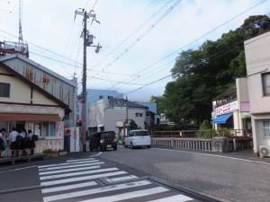 仲之町商商店街の先、JR紀勢本線に架かる橋付近