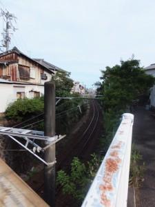 仲之町商商店街の先、JR紀勢本線に架かる橋