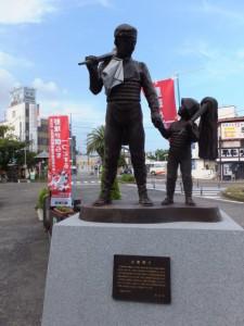 神倉神社 お燈祭りの像(JR新宮駅前)