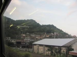 JR紀勢本線の車窓から望む二木島