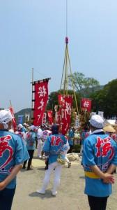 クレーンで吊り上げられる桜木町の川ぞり(お白石持行事 内宮奉献)