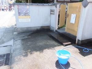冷却用に井戸水を振る舞う沿道の民家(おはらい町通り)