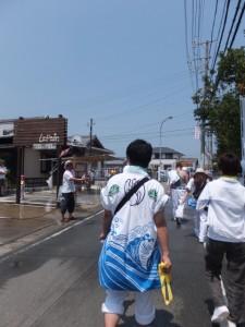 沿道の住民によるシャワー(古市街道)