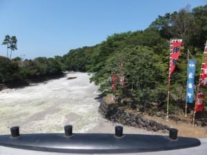 宇治橋から望む干上がった五十鈴川(宇治橋の下流側)