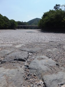 干上がった五十鈴川から望む宇治橋