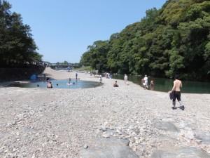 干上がった五十鈴川から望む新橋方向