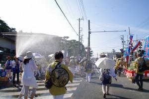 宮崎連合会奉献団によるシャワー(岡本一丁目交差点付近)