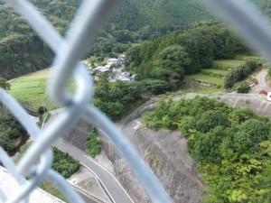 フェンス越しに望む鳥羽河内川の上流方向(第二伊勢道路開通記念ウォーク)