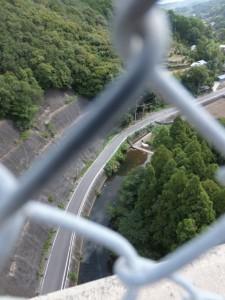 フェンス越しに望む鳥羽河内川の下流方向(第二伊勢道路開通記念ウォーク)