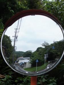 国道42号鳥羽商船高専前交差点からの道路(左)と合流するY字路