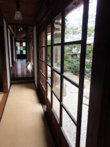 1階、中庭側の廊下とゆがみガラス(鳥羽大庄屋かどや)