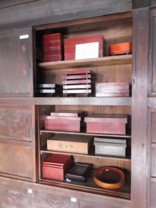 1階、台所に置かれた重箱ほか(鳥羽大庄屋かどや)