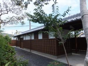 現在は格納庫とトイレ(当時は大工と庭師の住居)(鳥羽大庄屋かどや)