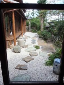 ゆがみガラス越しに望む中庭(鳥羽大庄屋かどや)