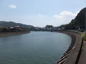 左岸から望む加茂川