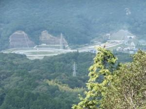 松尾道(青峯山登山口〜正福寺)、御成婚記念植林碑付近から望む第二伊勢道路鳥羽南・白木IC