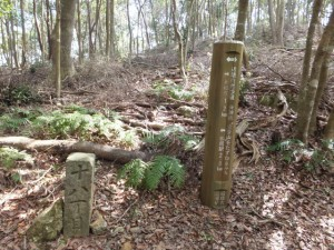 「青峯山1.2km 松尾駅2.8km 近畿自然歩道・」の道標