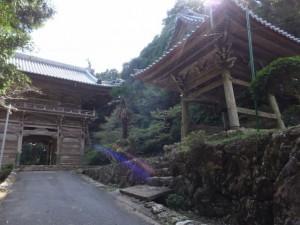青峯山正福寺の山門と鐘楼