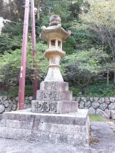 青峯山正福寺山門前の常夜灯