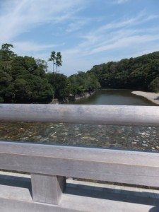 宇治橋から望む五十鈴川の下流側