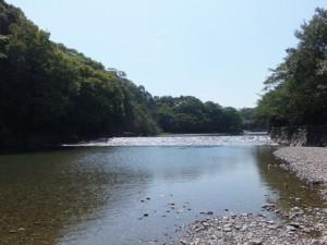 烏帽子岩の近くから望む五十鈴川の上流方向
