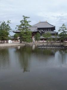 二月堂参詣道から鏡池越しに望む中門と大仏殿(東大寺)