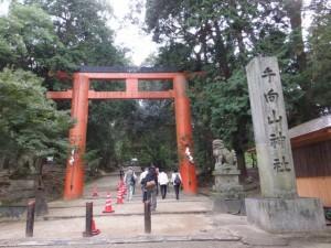 「手向山神社」の社標と鳥居