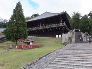 興成神社と二月堂(東大寺)