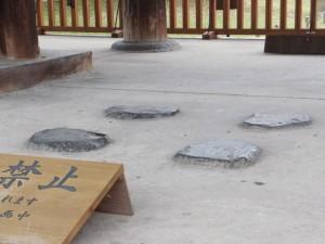 転害門にある神輿安置の小礎四個(東大寺)