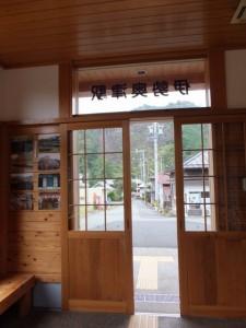 JR伊勢奥津駅の待合室から外を望む