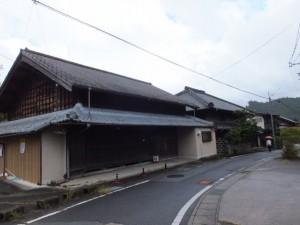 「←多気宿、奥津宿、石名原宿→」の道標付近(伊勢本街道)