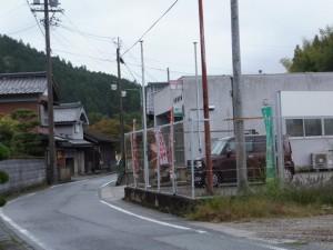 「←多気宿、奥津宿、石名原宿→」の道標付近から望む石名原宿方向(伊勢本街道)