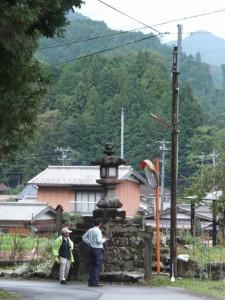 正念寺前から望む谷口常夜燈(伊勢本街道)