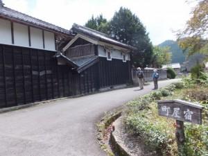 蔵と町屋宿の道標(東御所跡から伊勢本街道へ)