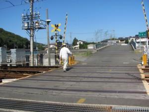近鉄船津駅横の踏切から浜橋(加茂川)を望む