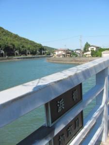 浜橋(加茂川)から望む対岸にある八幡神社の川原祓所