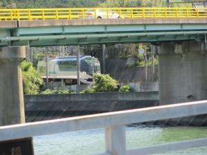 浜橋(加茂川)から望む近鉄 観光特急「しまかぜ」