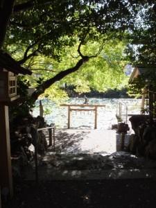 船江上社から望む朧ヶ池