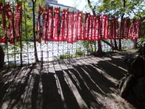 朧ヶ池の畔に立てられた吉王稲荷神社の幟(船江上社)