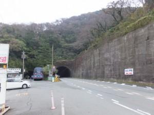 二見興玉神社への丁字路付近から望む新旧二見隧道(国道42号)